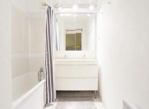 salle-de-bain-capbreton-location-appartement-baignoire-lavabo