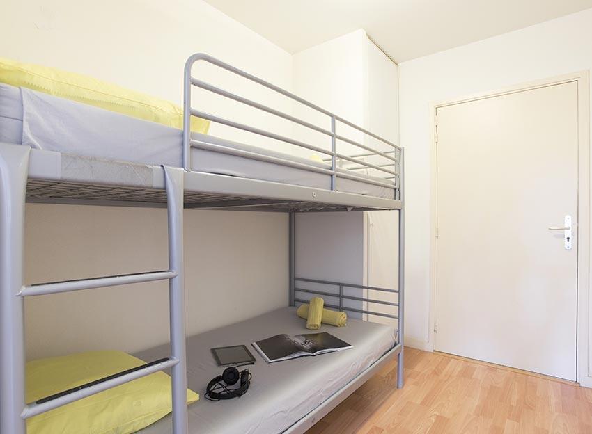 chambre-appartement-location-neuf-capbreton-parc-boisé-terrasse-boulodrome-lit