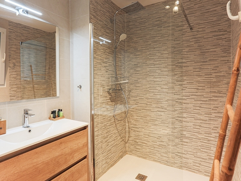 salle-de-bain-capbreton-santocha-appartement-t3-chambre-proche-ocean-douche-neuf-lumineux